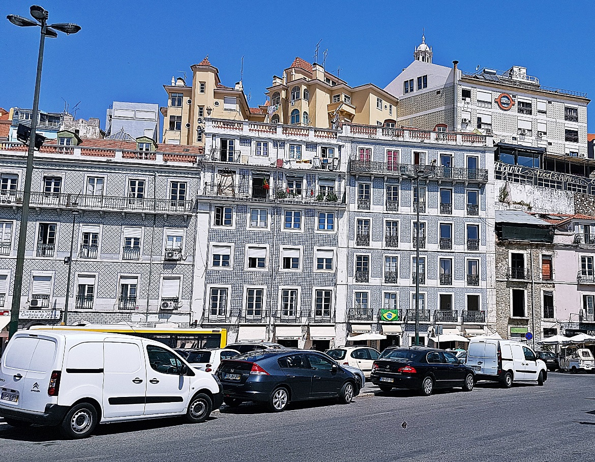 Pretty Lisbon buildings - Tips for visiting Lisbon by BeckyBecky Blogs